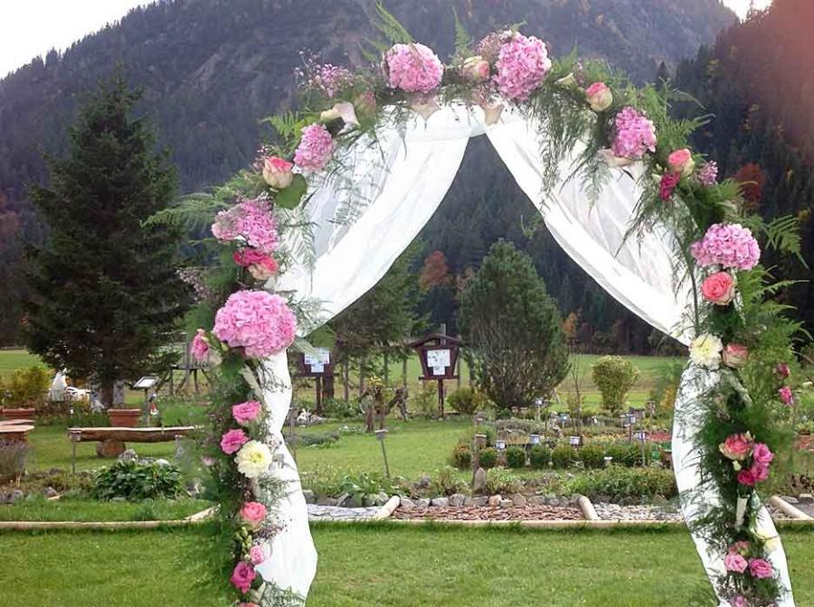 Blumendeko Hochzeit Bogen